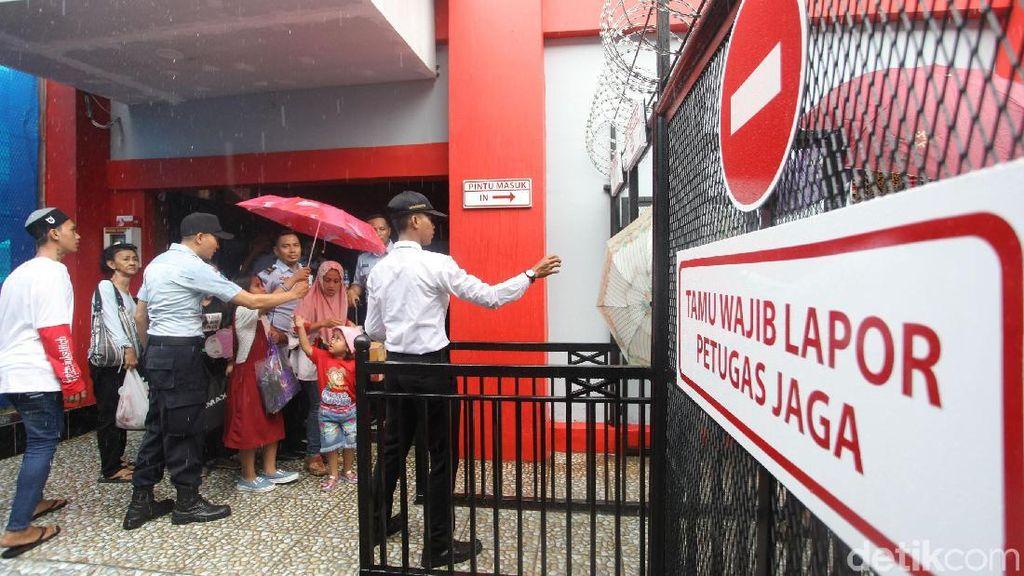Momen Lebaran, Keluarga Narapidana Kunjungi Rutan Cipinang