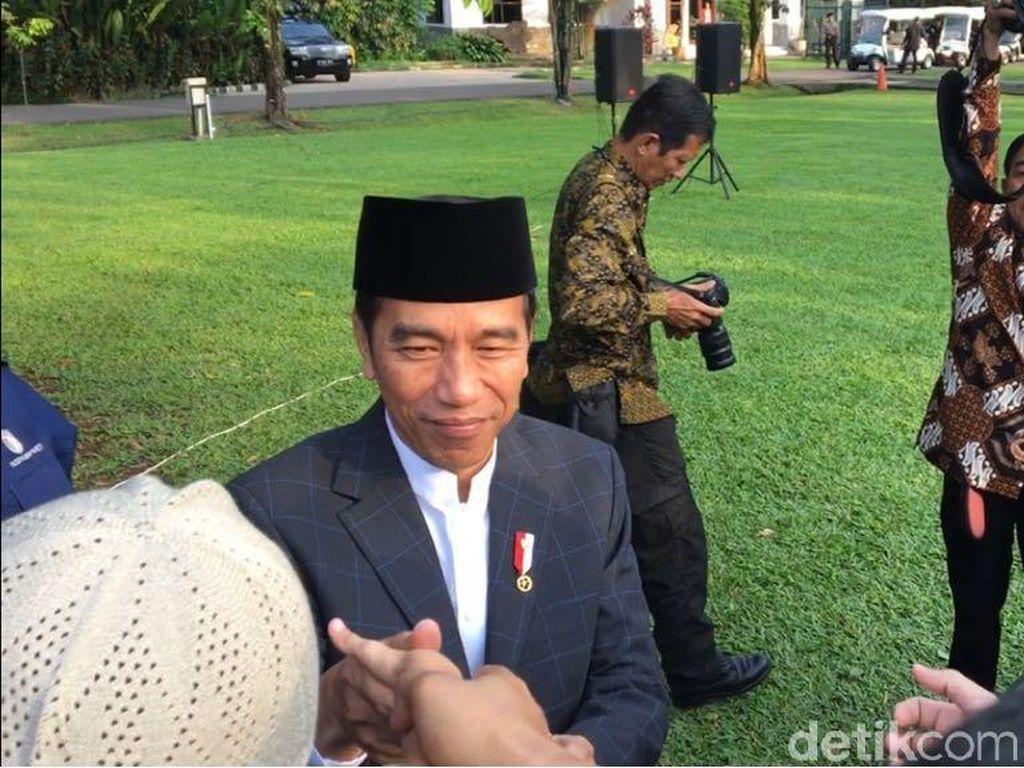 Usai Salat Id, Jokowi Salaman dengan Warga di Kebun Raya Bogor