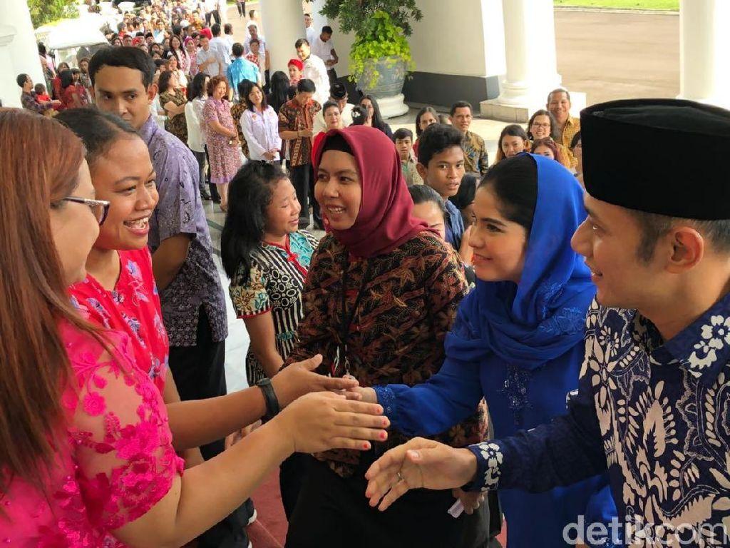 Berbaju Biru, AHY dan Annisa Pohan Salam Lebaran dengan Jokowi