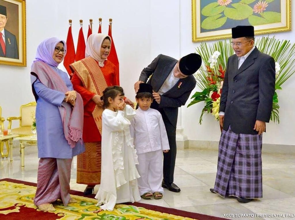 Momen Jokowi Benarkan Posisi Peci Cucu JK