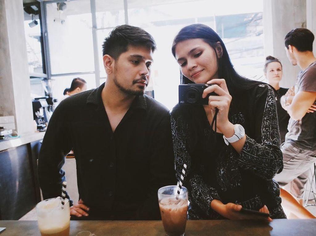 10 Pose Keren Petra Sihombing Ketika Makan Bersama Teman dan Ngopi Bareng Istri