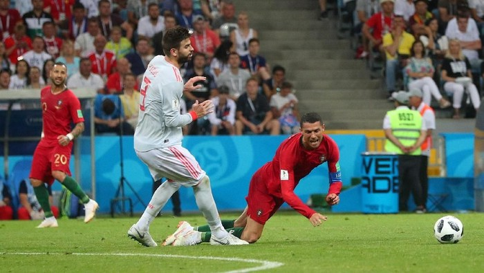 Soccer Football - World Cup - Group B - Portugal vs Spain - Fisht Stadium, Sochi, Russia - June 15, 2018   Portugals Cristiano Ronaldo is fouled by Spains Gerard Pique    REUTERS/Hannah McKay