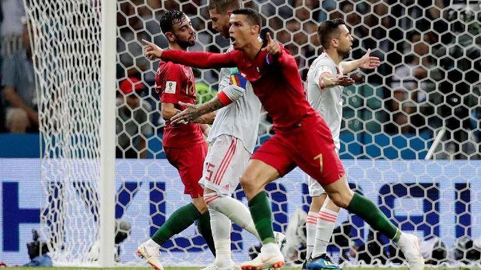 Cristiano Ronaldo mencetak dua gol untuk membawa Portugal mengungguli Spanyol 2-1 di babak pertama laga Grup B Piala Dunia 2018. (Foto: Ueslei Marcelino/Reuters)