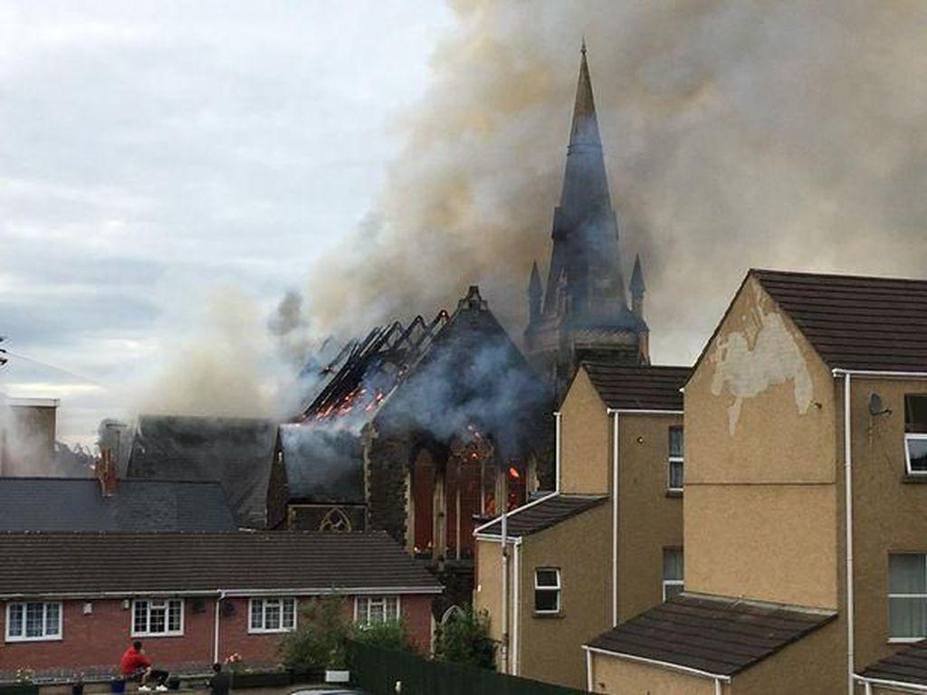 Foto: Gereja Terbakar di Newport Wales