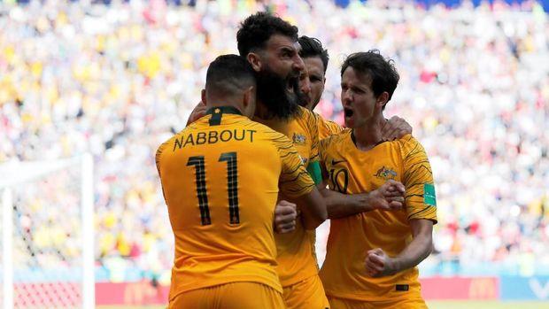 Pemain timnas Australia Mile Jedinak merayakan gol ke gawang Prancis, dalam pertandingan di Kazan Arena, Kazan, Rusia, 16 Juni.