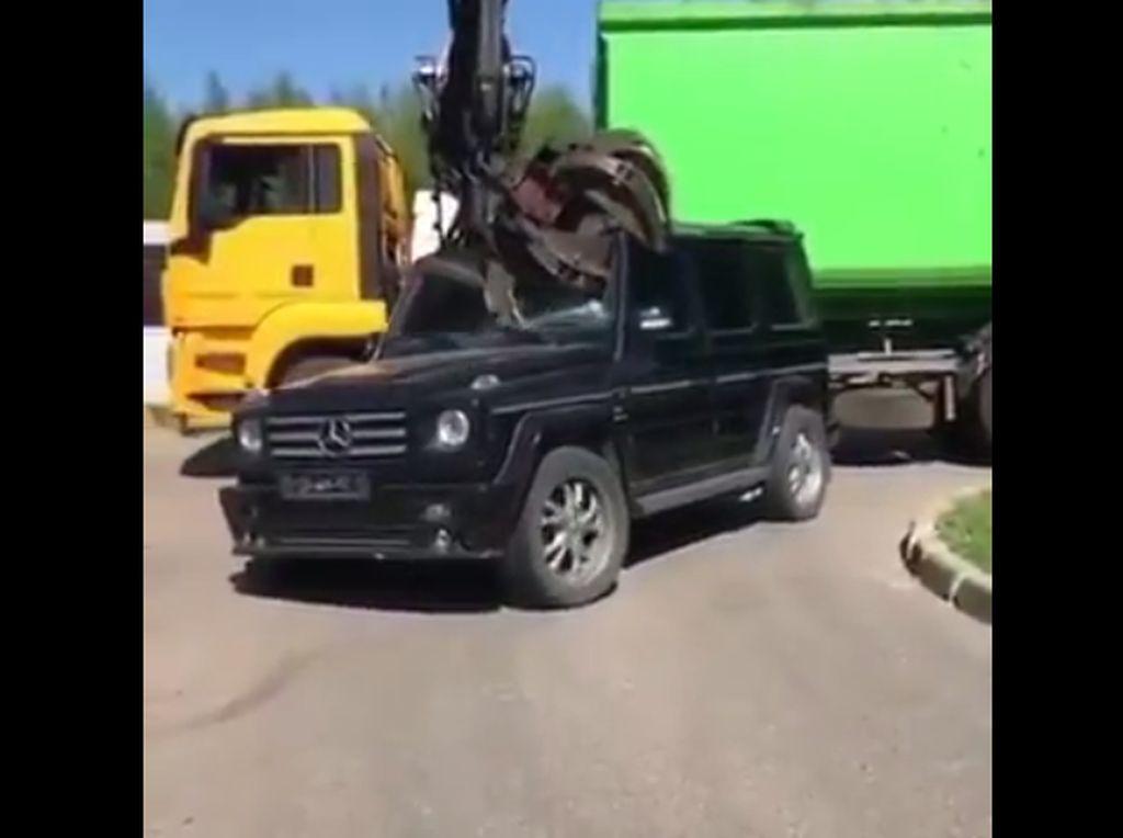 Sedih! Mobil Sekeren Ini Dihancurkan Crane
