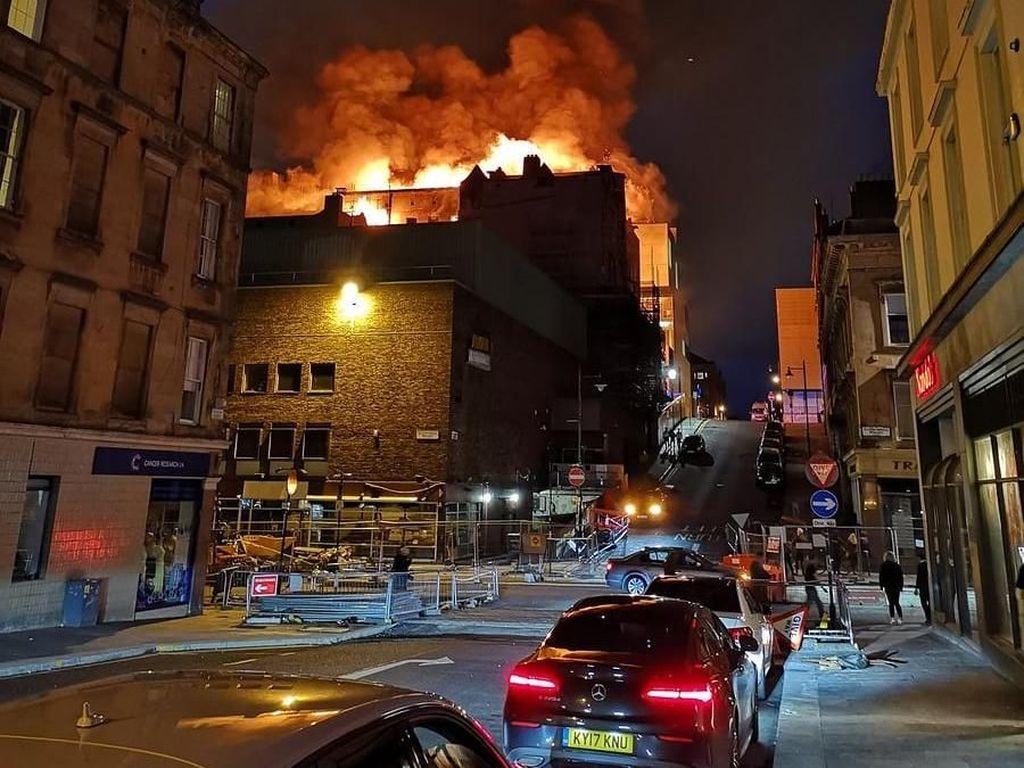 Foto: Kobaran Api yang Bakar Sekolah Seni Ternama di Glasgow