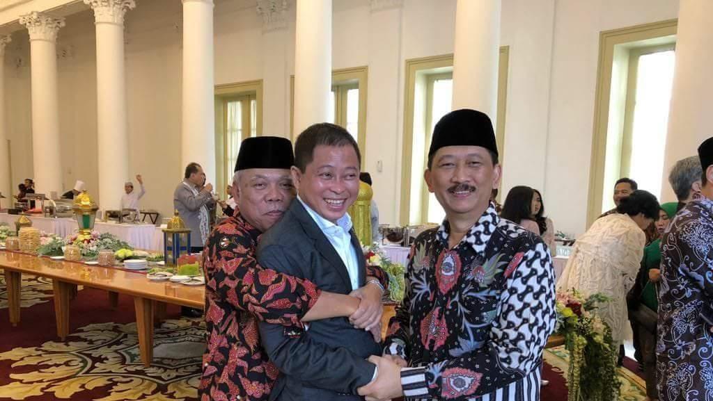 Lebaran ke Istana Bogor, Jonan Dipeluk Basuki dari Belakang