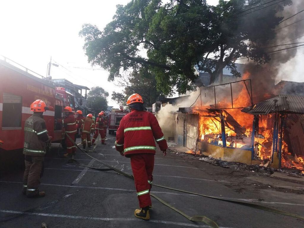 5 Kios di Samoja Bandung Ludes Terbakar