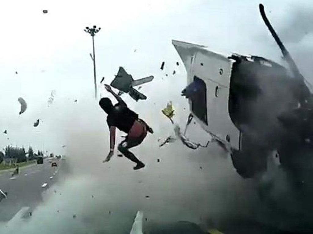 Momen Mengerikan Sopir Truk Terlempar Karena Tidak Pakai Seatbelt