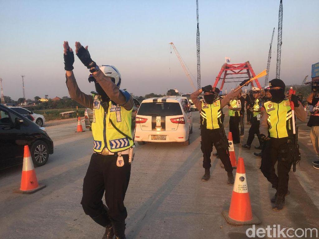 Tarik Mang! Polisi Joget Hibur Pemudik Kena Macet di Kalikuto
