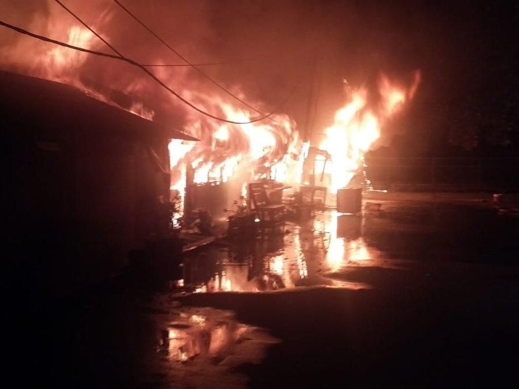Warung Terbakar di Ancol, 5 Mobil Damkar Dikerahkan