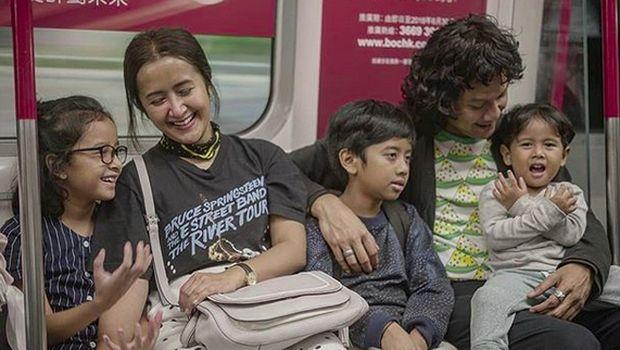 Widi Mulia bersama suami dan anak-anaknya