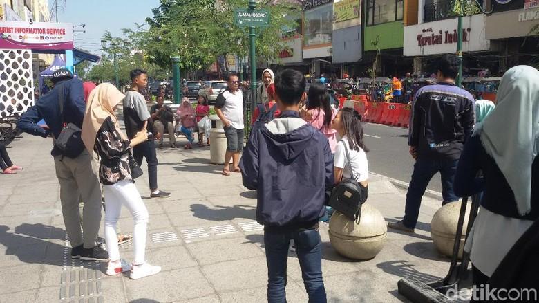 Ramai wisatawan selfie dan foto-foto di goresan pena Malioboro (Edzan Raharjo/detikTravel)