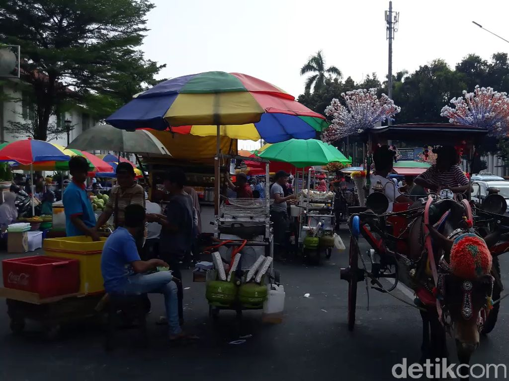 Keluhan Pejalan Kaki di Kota Tua: Jalur Pedestrian Penuh PKL