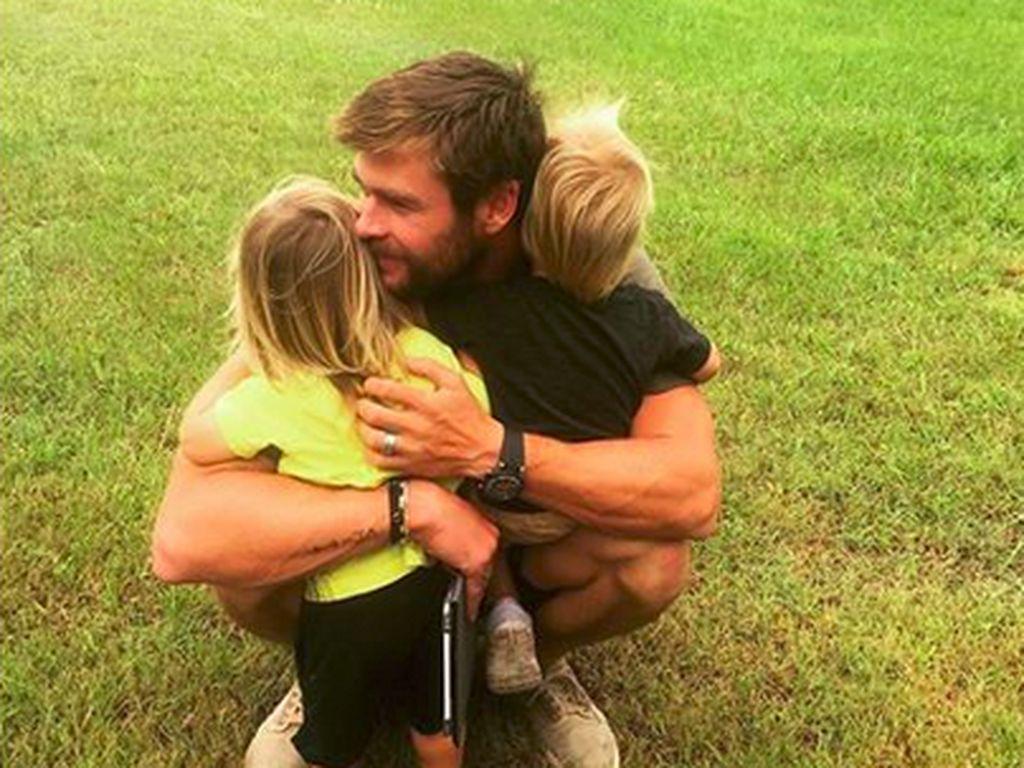 Beragam Manfaat Biarkan Anak Main di Luar Seperti Chris Hemsworth