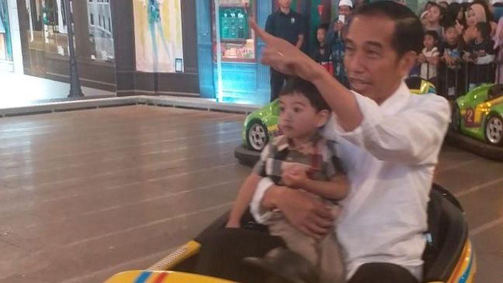 Serunya Jokowi Ajak Cucu Main Bom-bom Car dan Basket di Transmart