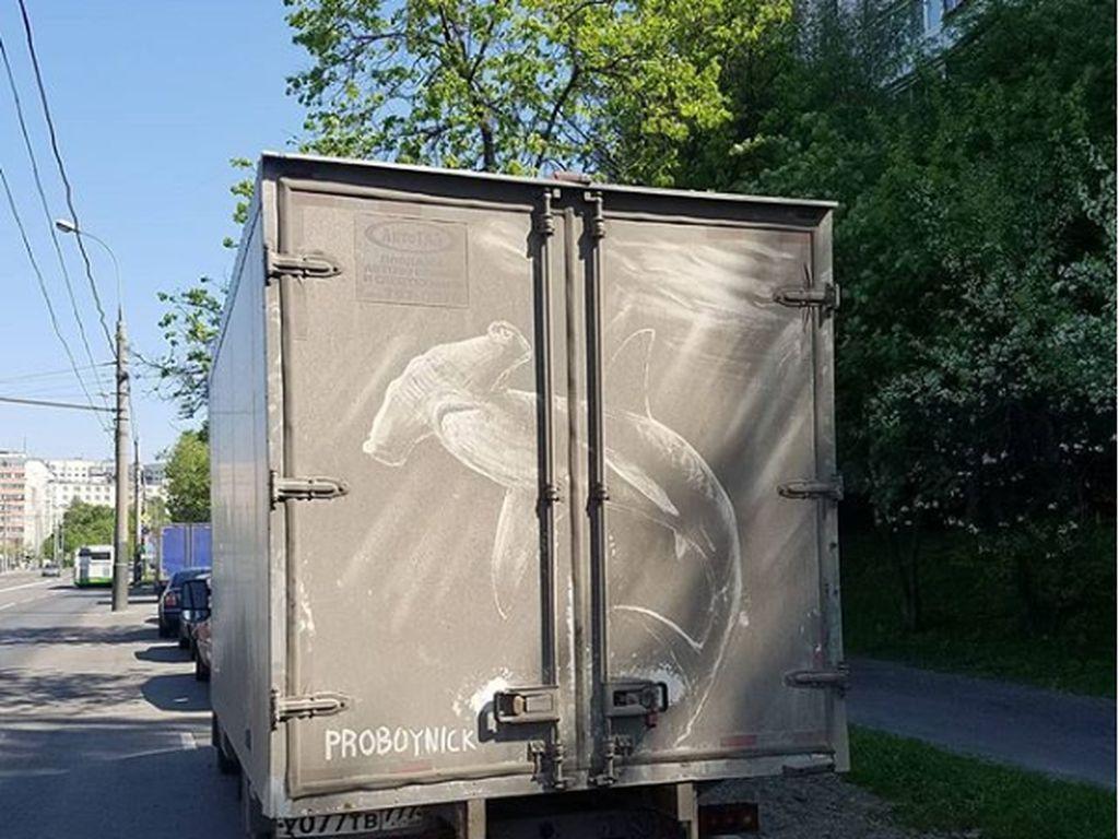 Lukisan Keren di Atas Mobil yang Berdebu
