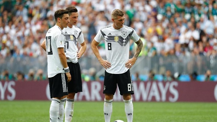 Soccer Football - World Cup - Group F - Germany vs Mexico - Luzhniki Stadium, Moscow, Russia - June 17, 2018   Germanys Mesut Ozil, Julian Draxler and Toni Kroos look dejected after Mexicos Hirving Lozano (not pictured) scored their first goal    REUTERS/Kai Pfaffenbach