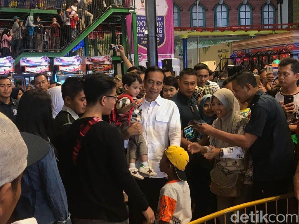 Video: Keseruan Jokowi Ajak Cucu Main di Transmart