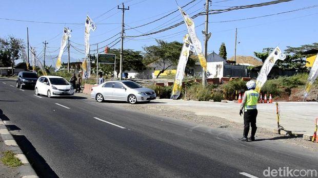 Polisi mengatur lalin kendaraan yang hendak masuk Batang