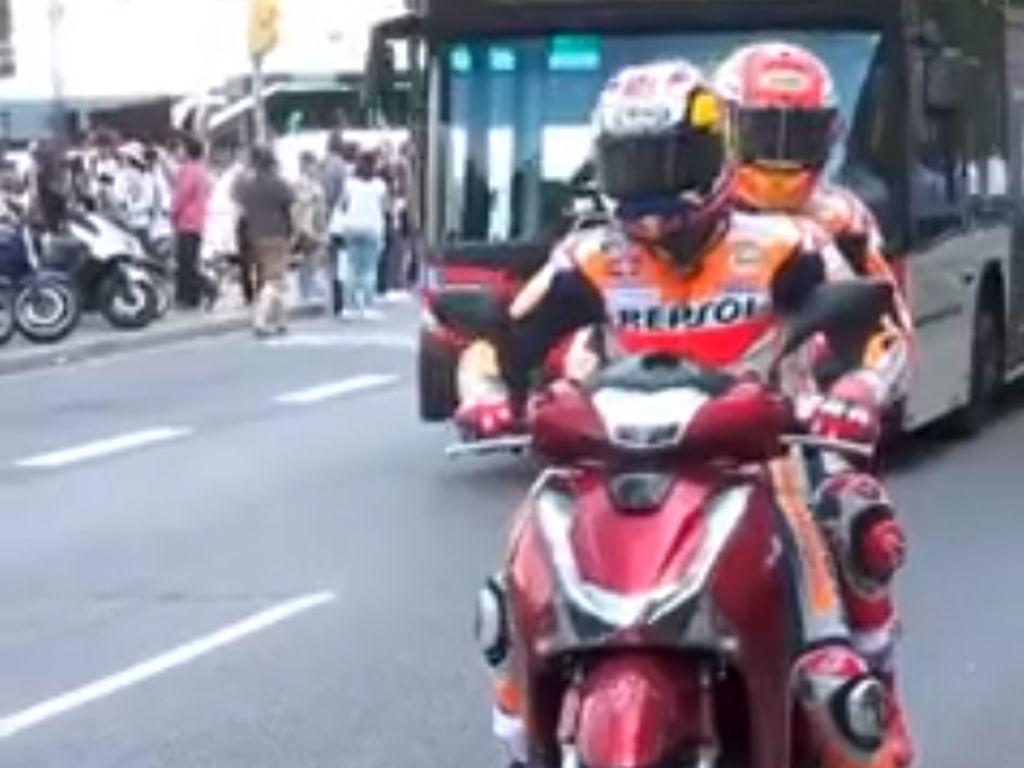 Marquez dan Pedrosa Keliling Barcelona Naik Skuter