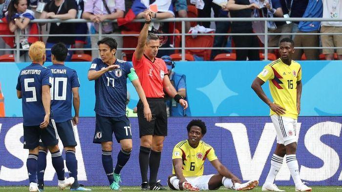 Momen saat Carlos Sanchez dikartu merah dalam laga Kolombia vs Jepang dari Grup H Piala Dunia 2018. (Foto: Ricardo Moraes/Reuters)