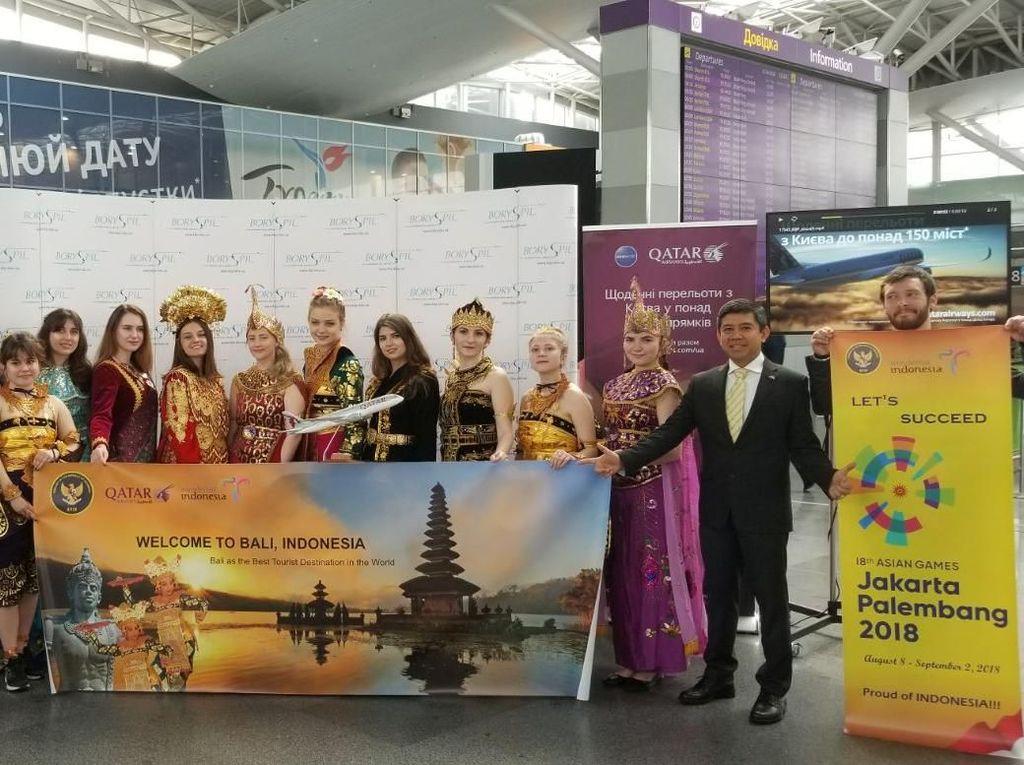 Foto: Bule Ukraina Pakai Baju Tradisional Indonesia