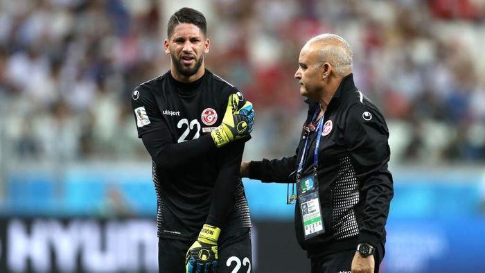 Mouez Hassen cedera saat melawan Inggris. (Foto: Clive Rose/Getty Images)