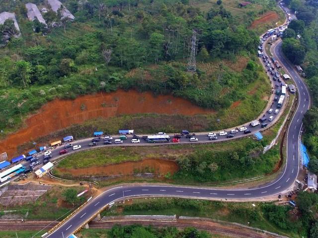 Foto Udara Kemacetan di Jalur Selatan Lingkar Gentong