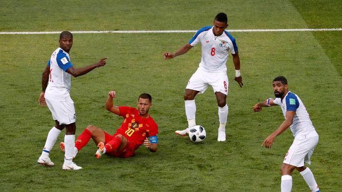 Pemain Belgia, Eden Hazard, harus jatuh bangun melawan Panama. (Foto: Carlos Garcia Rawlins/Reuters)