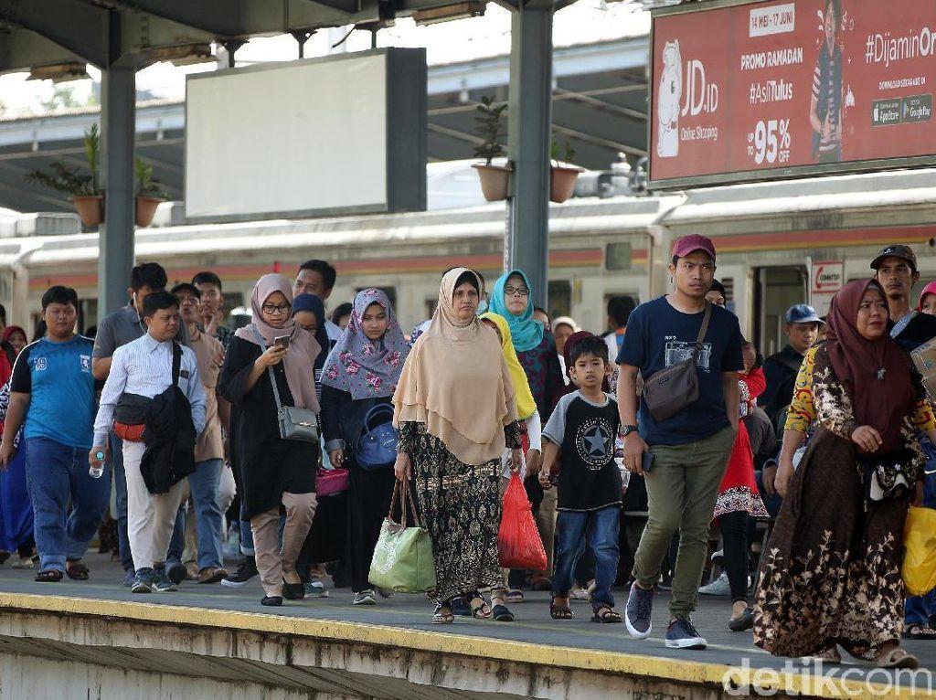 Stasiun Kereta Api Bekasi Dipenuhi Pemudik Arus Balik