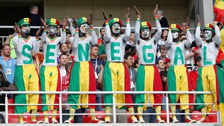 Patut Dicontoh! Aksi Suporter Senegal dan Jepang Bersih-bersih Stadion