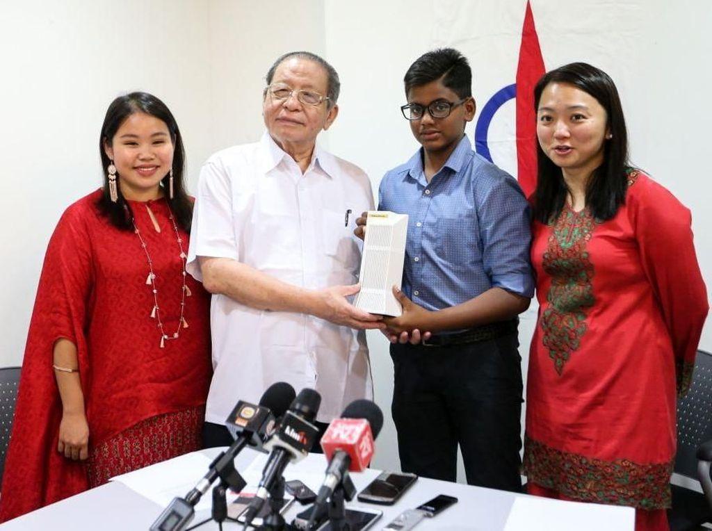 Bantu Lunasi Utang Malaysia, Bocah Ini Sumbangkan Tabungan 8 Bulan