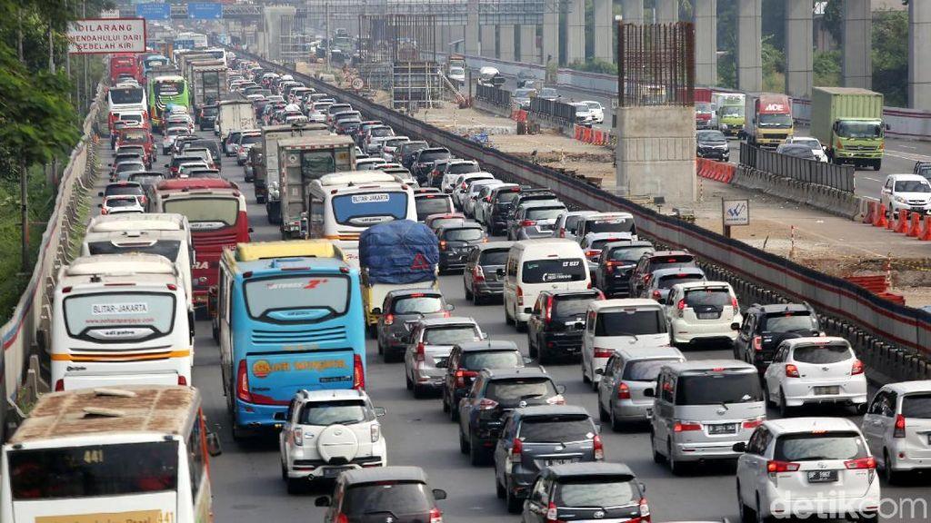Foto: Arus Balik di Tol Jakarta-Cikampek Padat