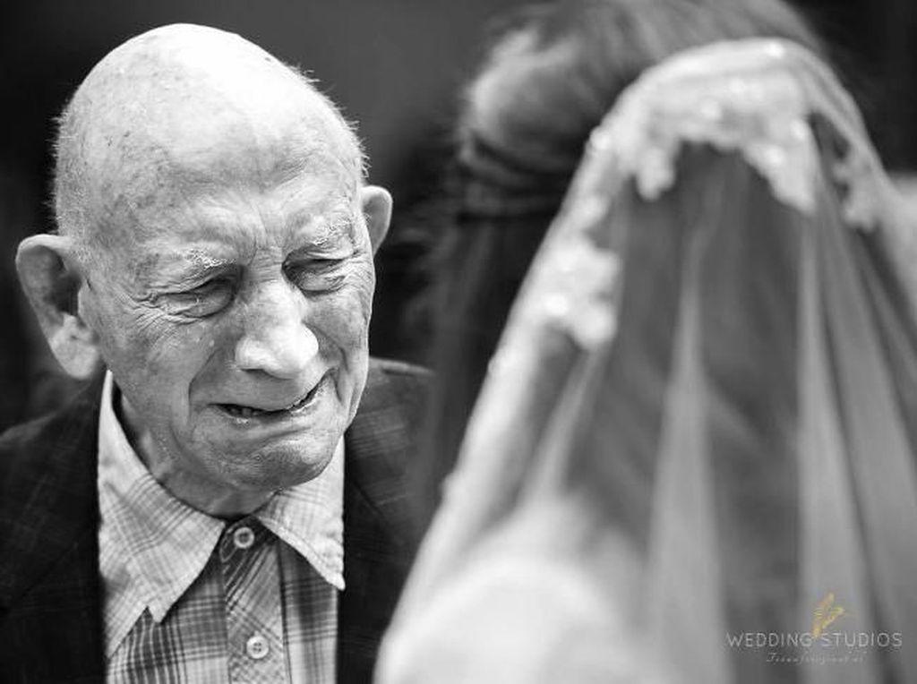 Potret Haru Biru Ayah Lihat Putrinya Akan Menikah, Bikin Mau Nangis