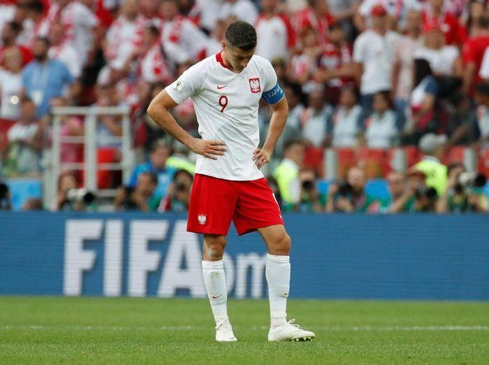 Kekecewaan Robert Lewandowski setelah Polandia dikalahkan Senegal (Foto: Christian Hartmann/Reuters)