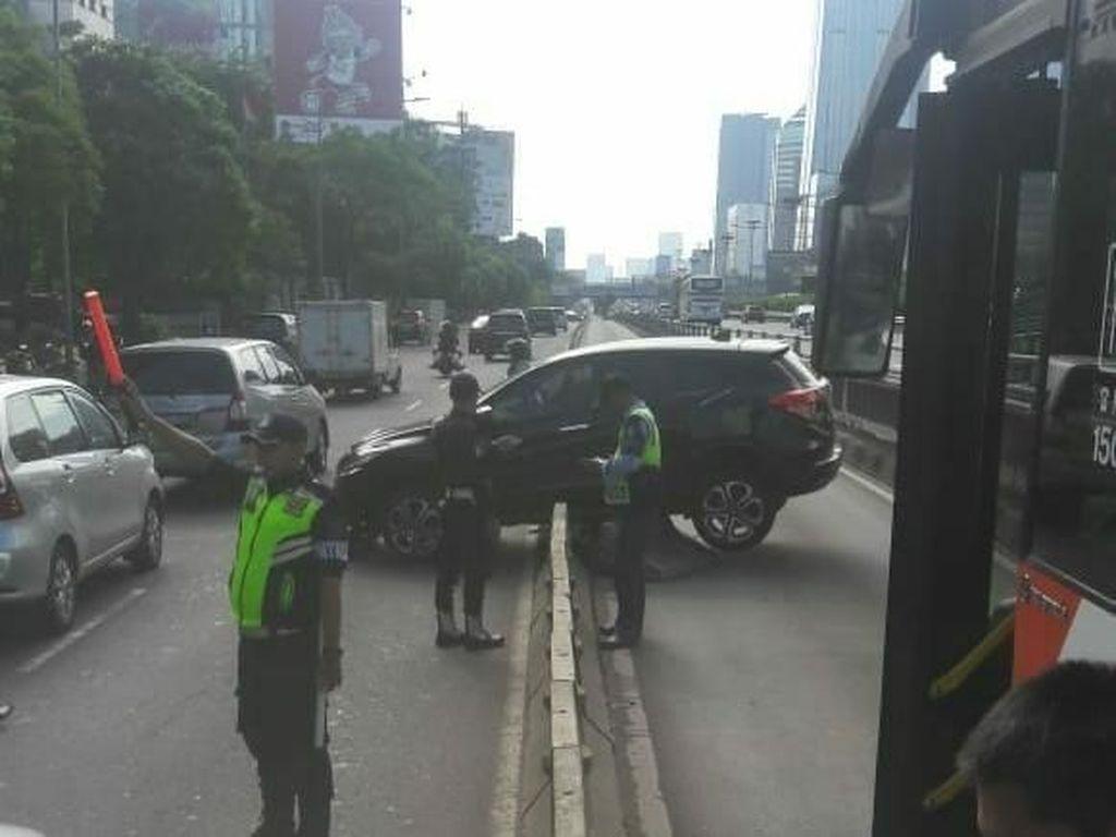Mobil yang Tabrak Separator Busway di Jalan Gatsu Sudah Diangkut