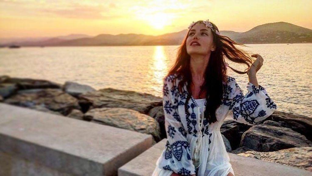 Foto: Gaya Liburan Artis Cantik Turki, Fahriye Evcen