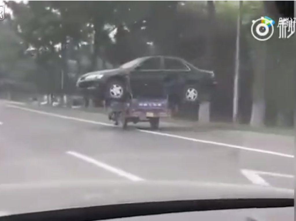 Gokil, Mobil Ini Diangkut Pakai Motor 3 Roda