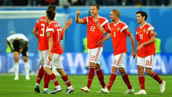 Pemain-pemain Rusia merayakan gol di laga melawan Mesir. (Foto: Dylan Martinez/Reuters)