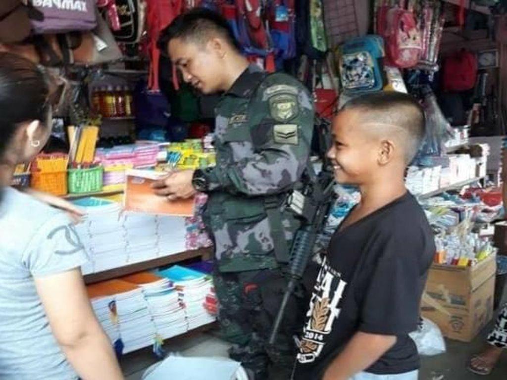 Lihat Bocah Menangis, Aksi Polisi Filipina Ini Bikin Netizen Terharu