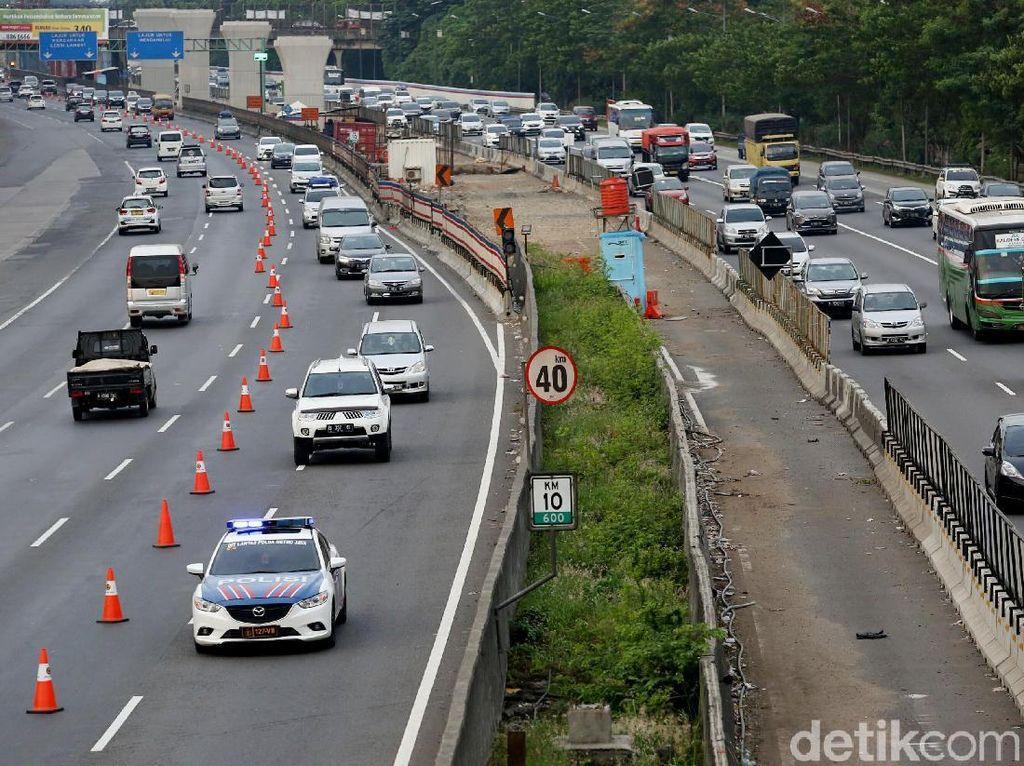 Contraflow di Tol Cikampek Diberlakukan