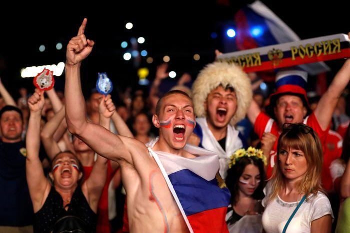 Penampilan yang apik dari Rusia mengukirkan rekor bagi tim Beruang Merah dalam hal produktivitas bola. Kemenangan negara tersebut dari Mesir membuat suporter mereka sangat bangga dan merayakannya secara meriah. Francois Lenoir/Reuters.
