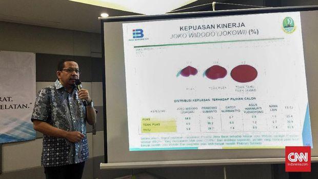 Direktur Indo Barometer M Qodari memaparkan hasil survei terbaru untuk Pilkada Jawa Barat, Jawa Tengah, Sumatra Utara, dan Sulawesi Selatan, di Jakarta, Rabu (20/6).