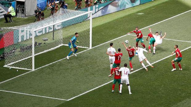 Sundulan Cristiano Ronaldo membuka keunggulan Portugal atas Maroko.