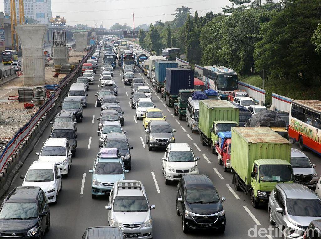 Ada Truk Trailer Terbalik, Tol Jakarta Arah Cikampek Macet 5 Km