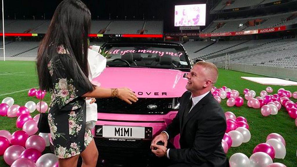 Pria Ini Lamar Kekasih dengan Range Rover Pink