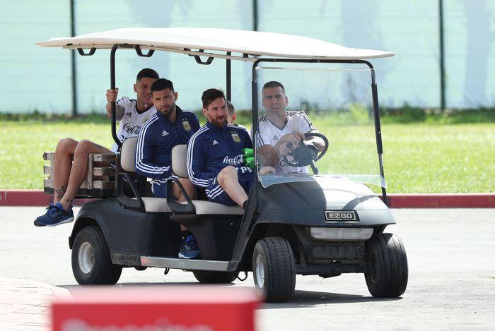 Menaiki mobil golf timnas Argentina bersama sang kapten Lionel Messi menuju lapangan Training Centre Bronnitsy, Moskow, Rusia.