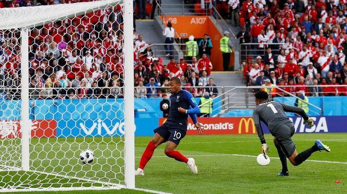 Kylian Mbappe membawa Prancis unggul 1-0 atas Peru di babak pertama laga kedua Grup C Piala Dunia 2018. (Foto: Jason Cairnduff/Reuters)